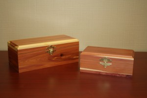 T: Cedar Box Urn (includes a black engraved plate)